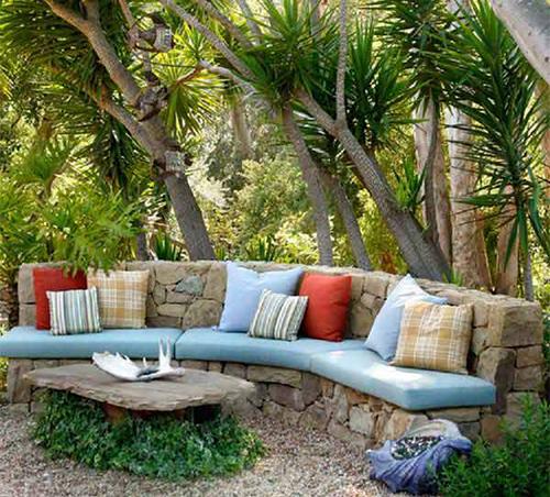 Украса на вашата градина с камъни, градински каменен диван